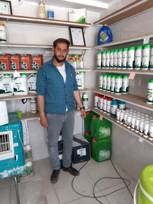 همکاران ما در فروشگاه های نهاده های کشاورزی ای ام را ترویج می کنند.